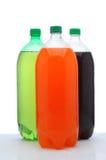 τα μπουκάλια αντιμετωπίζουν τη σόδα τρία δύο λίτρου υγρά στοκ εικόνα