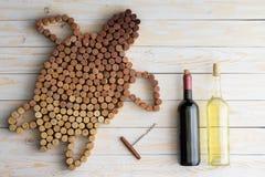 Τα μπουκάλια και η χελώνα κρασιού φιαγμένα από βουλώνουν Στοκ εικόνα με δικαίωμα ελεύθερης χρήσης