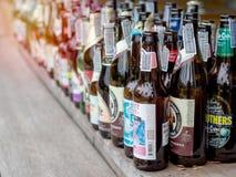 τα μπουκάλια μπύρας ανασκόπησης χρωματίζουν το ευγενές φωτογραφισμένο πορτοκάλι στούντιο κίτρινο στοκ φωτογραφίες