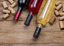 Τα μπουκάλια κρασιού και βουλώνουν Στοκ Εικόνα