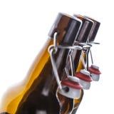 τα μπουκάλια μπύρας ανασκόπησης χρωματίζουν το ευγενές φωτογραφισμένο πορτοκάλι στούντιο κίτρινο στοκ φωτογραφία