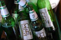 τα μπουκάλια μπύρας ανασκόπησης χρωματίζουν το ευγενές φωτογραφισμένο πορτοκάλι στούντιο κίτρινο Στοκ εικόνα με δικαίωμα ελεύθερης χρήσης