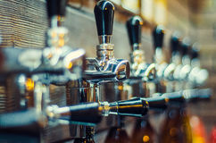 τα μπουκάλια μπύρας ανασκόπησης χρωματίζουν το ευγενές φωτογραφισμένο πορτοκάλι στούντιο κίτρινο Στοκ φωτογραφίες με δικαίωμα ελεύθερης χρήσης