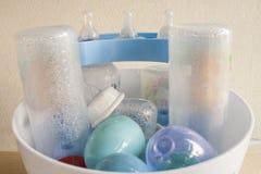 Τα μπουκάλια μωρών αυτό ήταν σαφή ότι ένα απολυμαντικό Στοκ Εικόνες