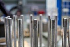 Τα μπουλόνια στο μηχανισμό στην αίθουσα παραγωγής Στοκ εικόνα με δικαίωμα ελεύθερης χρήσης