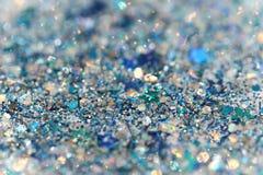 Τα μπλε και ασημένια παγωμένα χειμερινά λαμπιρίζοντας αστέρια χιονιού ακτινοβολούν υπόβαθρο Διακοπές, Χριστούγεννα, νέα αφηρημένη Στοκ Εικόνες