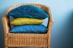 Τα μπλε και κίτρινα μαξιλάρια βρίσκονται σε μια καρέκλα αχύρου Στοκ φωτογραφίες με δικαίωμα ελεύθερης χρήσης