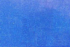 Τα μπλε κεραμίδια της πισίνας μπορούν να χρησιμοποιηθούν ως υπόβαθρο Στοκ Φωτογραφίες