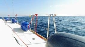 Τα μπλε κιγκλιδώματα βρίσκονται σε ένα πλέοντας γιοτ, ένα γιοτ πλέει, μια μπλε θάλασσα, ένας μπλε ουρανός, μια σαφής θερινή ημέρα απόθεμα βίντεο