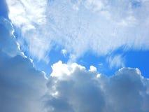 τα μπλε σύννεφα αντιγράφουν το χνουδωτό διαστημικό λευκό ουρανού Στοκ Φωτογραφίες