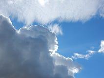 τα μπλε σύννεφα αντιγράφουν το χνουδωτό διαστημικό λευκό ουρανού Στοκ Εικόνα