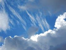 τα μπλε σύννεφα αντιγράφουν το χνουδωτό διαστημικό λευκό ουρανού Στοκ Εικόνες