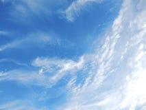τα μπλε σύννεφα αντιγράφουν το χνουδωτό διαστημικό λευκό ουρανού Στοκ εικόνα με δικαίωμα ελεύθερης χρήσης