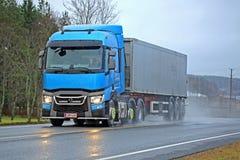 Τα μπλε φορτηγά Τ της Renault παραδίδουν τη βροχερή ημέρα Στοκ φωτογραφία με δικαίωμα ελεύθερης χρήσης
