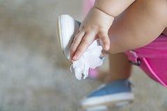 Τα μωρά παίρνουν τις μπλε λαβές παπουτσιών τους στοκ εικόνα με δικαίωμα ελεύθερης χρήσης