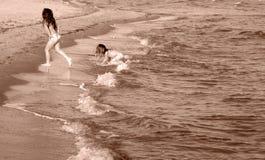 τα μωρά στρώνουν με άμμο Στοκ Φωτογραφίες