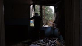 Τα μόνα homeles ψάχνουν κάτι στο εγκαταλειμμένο κτήριο φιλμ μικρού μήκους