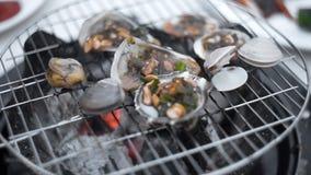 Τα μύδια ψήνονται στη σάλτσα ανοίγουν πυρ της σχάρας, μαγείρεμα των οστρακόδερμων υπαίθρια, σχάρα θαλασσινών, ψήσιμο στη σχάρα φιλμ μικρού μήκους