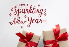 Τα νέα έτη σπινθηρίσματος με τα δώρα και παρουσιάζουν Στοκ Φωτογραφία