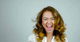 Τα νέα βήματα προς τα εμπρός γυναικών και κάνουν τις εκφράσεις της επιτυχίας, κερδίζουν, επίτευγμα στο στούντιο απόθεμα βίντεο