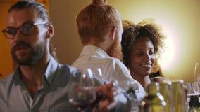 Τα νέα ζεύγη beautifil που κάθονται σε έναν φραγμό και πίνουν το κρασί και κοκτέιλ, έχουν τη διασκέδαση αυτή η νύχτα απόθεμα βίντεο