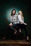 Τα νέα κορίτσια έχουν τη διασκέδαση στο στούντιο Στοκ Φωτογραφία