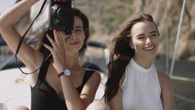 Τα νέα κορίτσια κάνουν τις φωτογραφίες στο γιοτ Στοκ Φωτογραφία