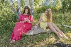Τα νέα κορίτσια παίζουν τις κάρτες Στοκ Φωτογραφία