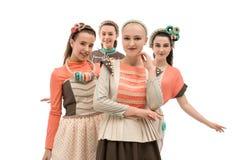 Τα νέα κορίτσια στην τέχνη διαμορφώνουν απομονωμένη τη φορέματα άποψη στοκ φωτογραφία με δικαίωμα ελεύθερης χρήσης