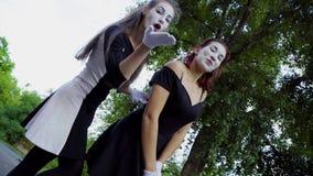 Τα νέα κορίτσια mimes μιμούνται να υποστηρίξουν στην οδό απόθεμα βίντεο