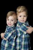 Τα νέα ξανθά όπλα αγοριών δίπλωσαν την πλάτη με πλάτη χαριτωμένη τοποθέτηση στοκ φωτογραφία με δικαίωμα ελεύθερης χρήσης