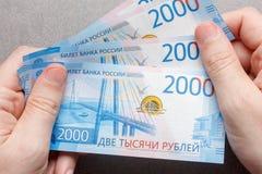 Τα νέα ρωσικά τραπεζογραμμάτια ονόμασαν το 2000 τα ρούβλια στην αρσενική κινηματογράφηση σε πρώτο πλάνο χεριών Στοκ φωτογραφίες με δικαίωμα ελεύθερης χρήσης