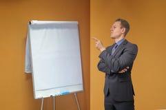 Τα νέα σημεία επιχειρηματιών με το δάχτυλό του σε ένα κτύπημα σχεδιάζουν στο γραφείο - με το copyspace Δύσπιστος, κρίσιμος ή στοκ εικόνες με δικαίωμα ελεύθερης χρήσης