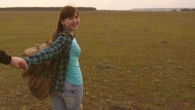 Τα νέα χέρια εκμετάλλευσης ζευγών ταξιδεύουν ελάτε μετά από με εργασία σε μια ομάδα των τουριστών παραδίδει την αγάπη ταξιδεύει φιλμ μικρού μήκους