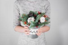 Τα νέα Χριστούγεννα εκμετάλλευσης γυναικών compositionin παραδίδουν τις ελαφριές, εποχιακές διακοπές, αγροτικό θέμα, εξωραϊσμός Στοκ Εικόνες