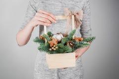 Τα νέα Χριστούγεννα εκμετάλλευσης γυναικών compositionin παραδίδουν τις ελαφριές, εποχιακές διακοπές, αγροτικό θέμα, εξωραϊσμός Στοκ Εικόνα