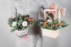 Τα νέα Χριστούγεννα εκμετάλλευσης γυναικών compositionin παραδίδουν τις ελαφριές, εποχιακές διακοπές, αγροτικό θέμα, εξωραϊσμός Στοκ φωτογραφίες με δικαίωμα ελεύθερης χρήσης