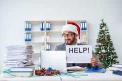 Τα νέα Χριστούγεννα εορτασμού επιχειρηματιών στο γραφείο Στοκ Φωτογραφίες