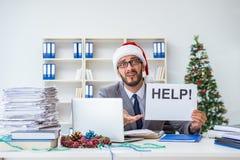 Τα νέα Χριστούγεννα εορτασμού επιχειρηματιών στο γραφείο Στοκ φωτογραφία με δικαίωμα ελεύθερης χρήσης
