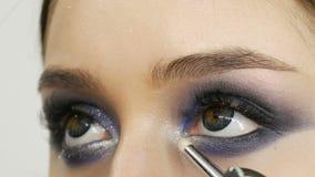 Τα νέα όμορφα προκλητικά πρότυπα κοριτσιών κάνουν το μπλε βράδυ να αποτελέσει τα καπνώδη μάτια και με τα ψεύτικα eyelashes Μάτια  φιλμ μικρού μήκους