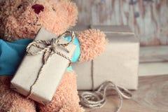 Τα νέα δώρα έτους που τυλίγονται στο έγγραφο του Κραφτ και το παιχνίδι αντέχουν Στοκ φωτογραφία με δικαίωμα ελεύθερης χρήσης