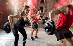 Τα νέα bodybuilders έχουν την κατάρτιση στοκ εικόνες με δικαίωμα ελεύθερης χρήσης