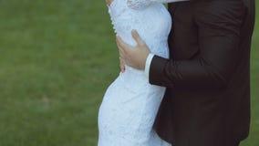 Τα νέα newlyweds απολαμβάνουν το ένα το άλλο σε ένα υπόβαθρο απόθεμα βίντεο