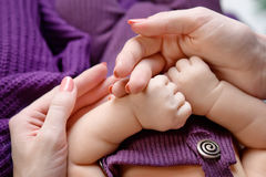 Τα νεογέννητα παιδιά παραδίδουν το χέρι μητέρων παιδί το mom της Ευτυχής Στοκ εικόνες με δικαίωμα ελεύθερης χρήσης