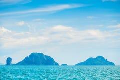 Τα νησιά Tayland, που περιβάλλονται θαλασσίως είναι ακατοίκητα Στοκ Φωτογραφία