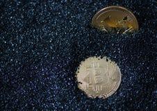 Τα νομίσματα είναι bitcoin και litecoin Στοκ Εικόνα
