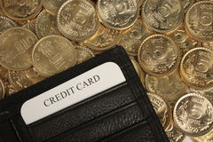 τα νομίσματα καρτών πιστώνο&u Στοκ φωτογραφίες με δικαίωμα ελεύθερης χρήσης
