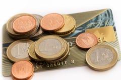 τα νομίσματα κινηματογραφήσεων σε πρώτο πλάνο καρτών πιστώνουν το ευρο- στενό εστίασης Στοκ φωτογραφία με δικαίωμα ελεύθερης χρήσης