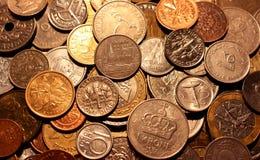 Τα νομίσματα των διαφορετικών χωρών ως σύμβολο της αφθονίας χρημάτων Στοκ φωτογραφία με δικαίωμα ελεύθερης χρήσης