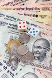 τα νομίσματα χωρίζουν σε τετράγωνα την ινδική ρουπία σημειώσεων Στοκ Εικόνες